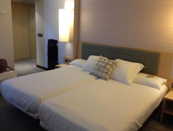 Abba Santander Hotel: Amplia habitacion y camas