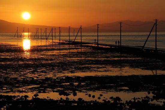 長部田海床路, 夕陽に染まる有明海と海床路 美しい姿だ。