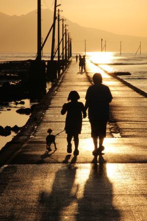 長部田海床路, 夕陽に向かって散歩する家族連れ。映画のシーンのようだ。
