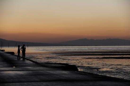 長部田海床路, 暮れていく海に見入るカップル