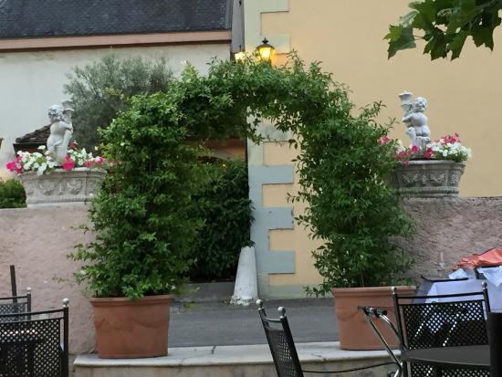 Restaurant du Cheval-Blanc: entrée jardin d'été
