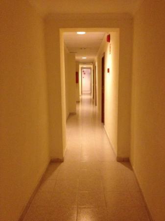Hotel whala!balmes: Het korridor med dålig luft.