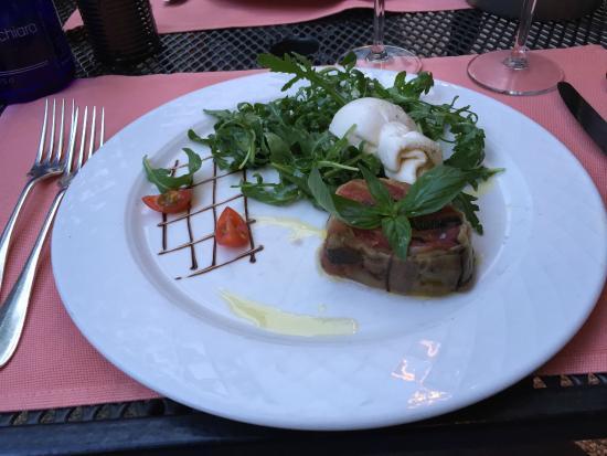 Restaurant du Cheval-Blanc: tomate aux aubergines, burrata sur lit de roquette