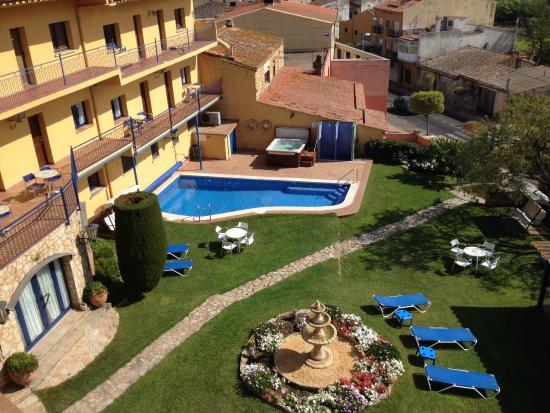 Hotel Sant Joan: Jardin con piscina