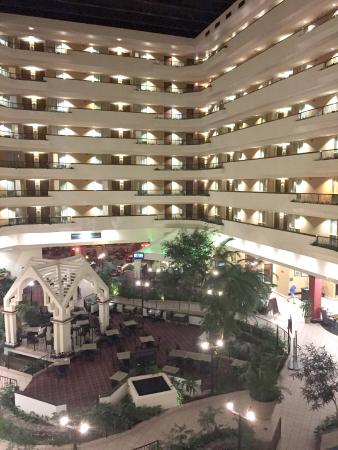 Embassy Suites by Hilton Hotel & Montgomery Conference Center: Interior at night