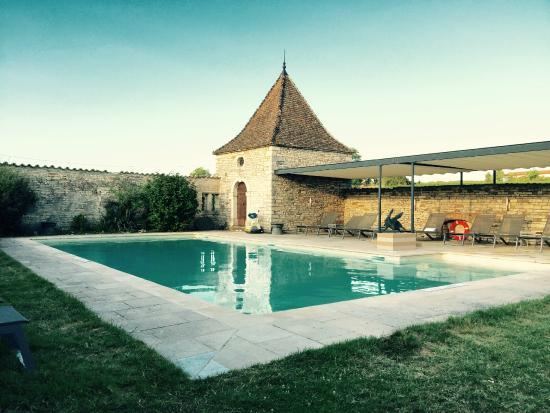 Château de Besseuil : Prachtig zwembad achter in het park