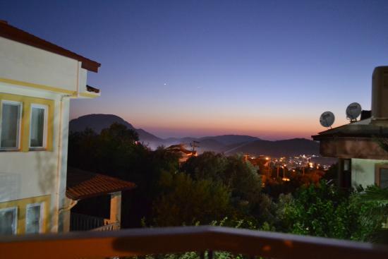 Everest Hotel & Apartments: Вид с балкона вечером
