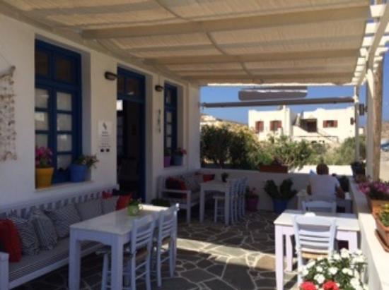 Avra Pension: La terrasse pour le petit déjeuner