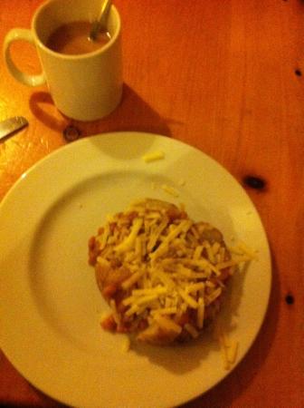 واي إيتش إيه بير - هوستل: Jacket Potato with Beans & Cheese