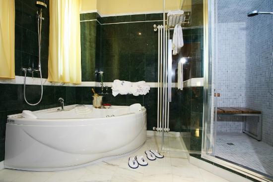 Bagno in marmo con vasca idromassaggio e bagno turco foto di
