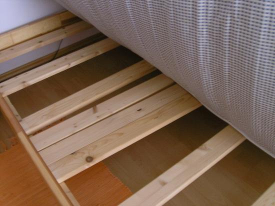 Pilgram Apartments: Lattenrost im Schlafzimmer