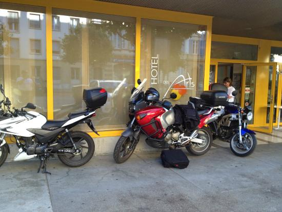 Hotel des Arts: Parking devant la vitrine !