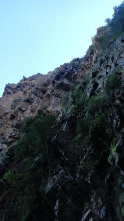 Waterval Rust en Vrede : Нависающие над водопадом каменные скалы