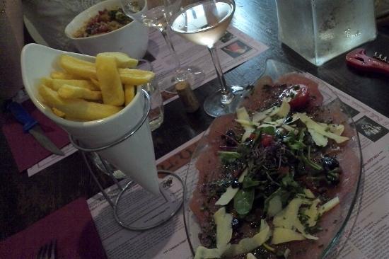 Vin sur Vin : Carpaccio de boeuf et ses frites, pâtes à la provençale.