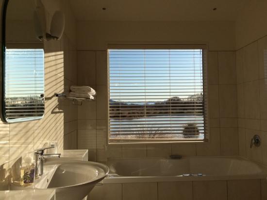 Twizel, New Zealand: Bathroom with a view!
