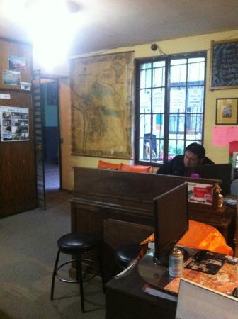 Bash and Crash Hostel: Acceso y recepcion