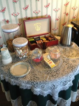 Harborview Inn: Tea and cookies available all day