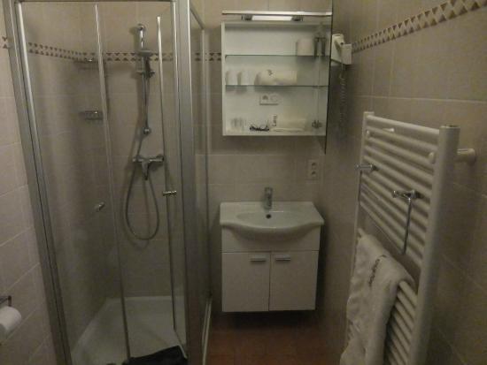 Leopold: ванная, зеркало открыто