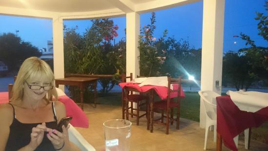 O'Licorne : tables on patio