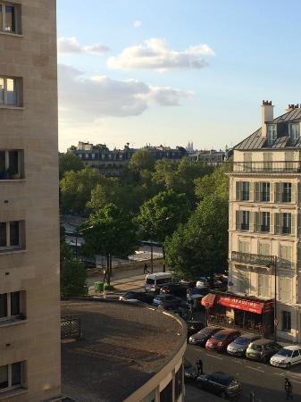 Hotel Paris Bastille: Вид из окна на площадь Бастилии