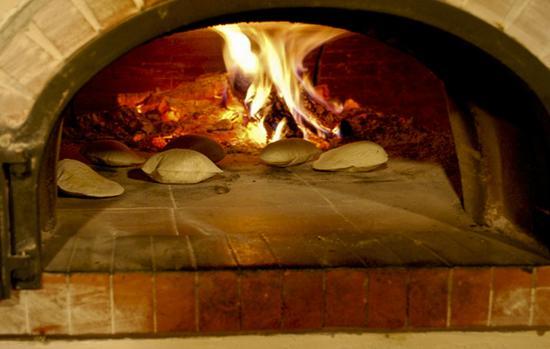 Auberge le Logis de Mirepoix : La Fouace en train de cuire au feu de bois