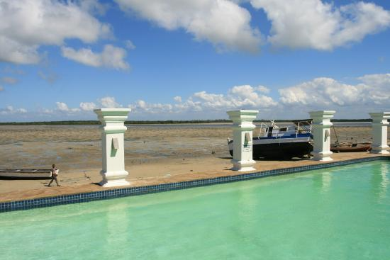 Cinco Portas: Pool, and view from the hotel (low tide)