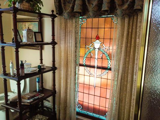 Hardy's Bed and Breakfast Suites: Stained glass bathroom window, March Manor