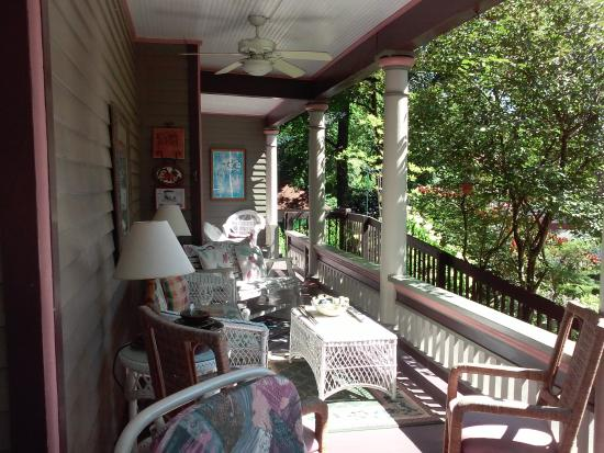 Hardy's Bed and Breakfast Suites: Wrap-around porch