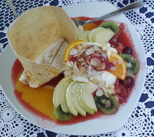 La Creperia : Martinique Hawaiananas und Bananenscheiben in Erdbeermark, mit Orangenlikör flambiert, Schlagob