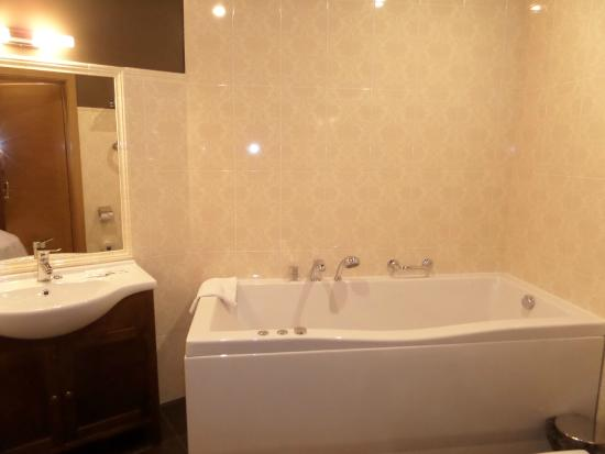 Hotel Jelgava: bathroom