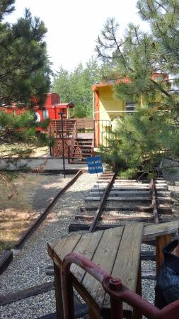 South Cle Elum, วอชิงตัน: Guest Path between Cabooses