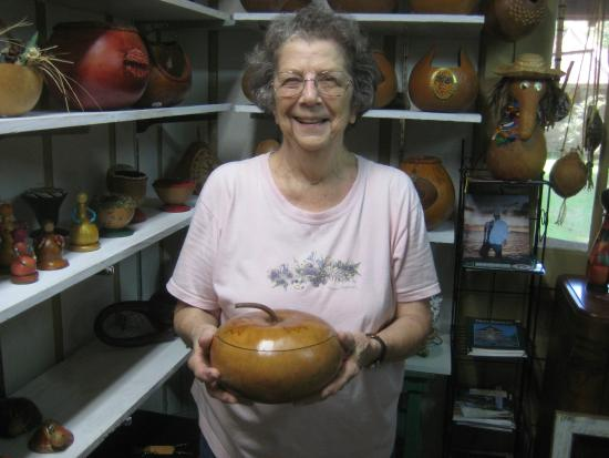 Sunset, Луизиана: Margaret in shop with gourds