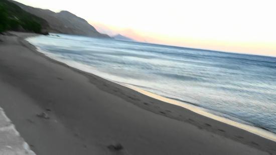Hotel Polyrizos: Abendstimmung am Strand