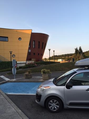 L'Hospitalet-du-Larzac, Frankrike: Achterkant hotel met ernaast de A75