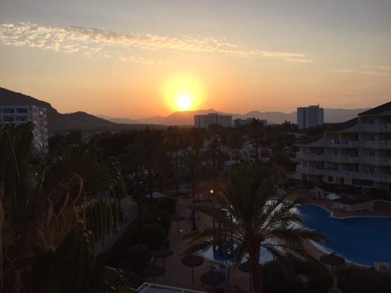 Grupotel Port d'Alcudia: solnedgang set fra altanen