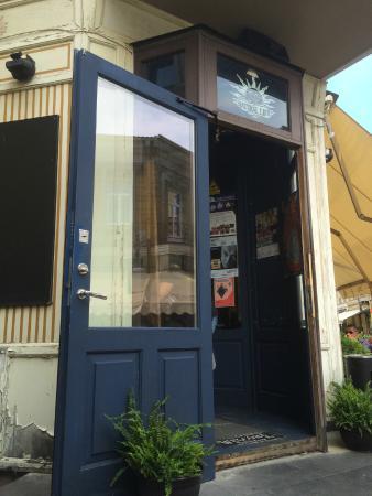 YZY Bar: Main entrance