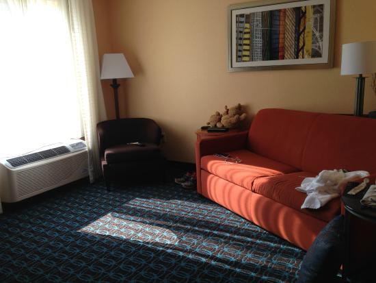 Fairfield Inn & Suites Elizabeth City: living area