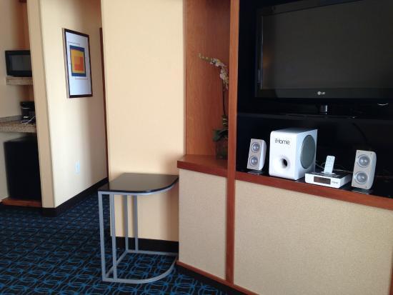 Fairfield Inn & Suites Elizabeth City: TV area