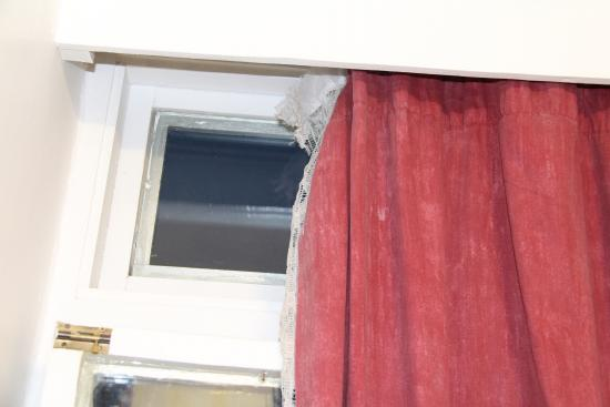Holly House Hotel: Very disgusting and damaged curtains