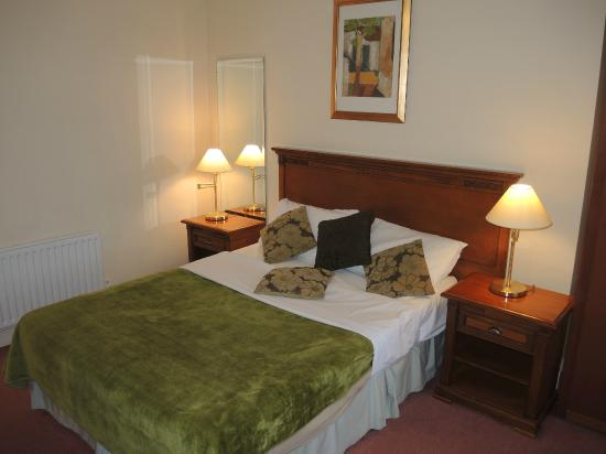 Lismar Guest House; room with bed