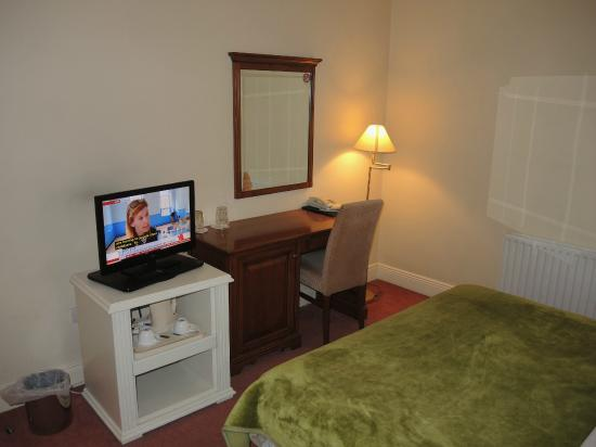 Lismar Guest House; room with desk and TV