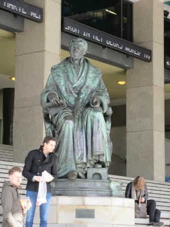 Beurs - World Trade Center: Statue