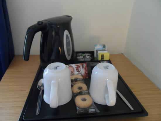 Holiday Inn Express Glasgow City Centre - Theatreland: kettle and biscuits supplied