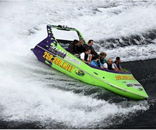West Kelowna, Canada: Jet boat rides on Okanagan Lake.