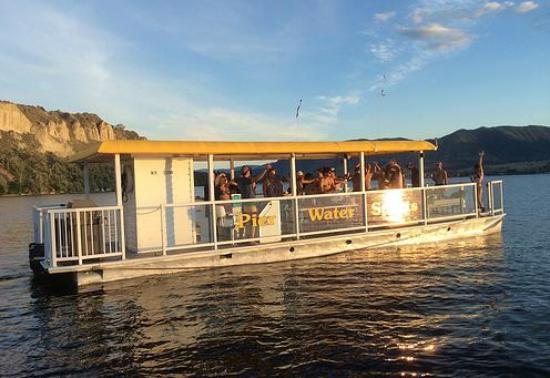 West Kelowna, Kanada: Rent a party barge!