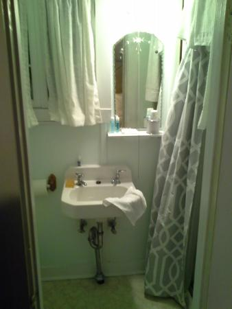 Lakeview House & Cottages : the bathroom