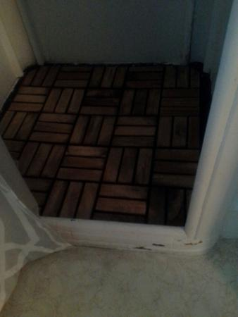 The Cozy Inn & Cottages and Lakeview House & Cottages: the shower floor