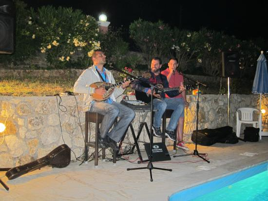 Sinarades, Grécia: Greek music.