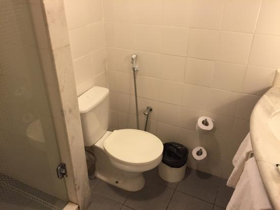 Banheiro simples e bem limpo  Foto de Ibis Belem Aeroporto, Belém  TripAd -> Banheiros Bem Simples