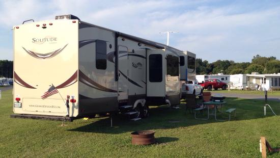 Homestead Campground: Big open spots. Perfect for our behemoth trailer. Fast and courteous check in and we were led di